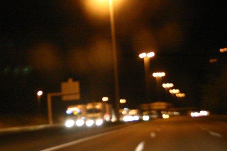 Vrachtauto's bij nacht